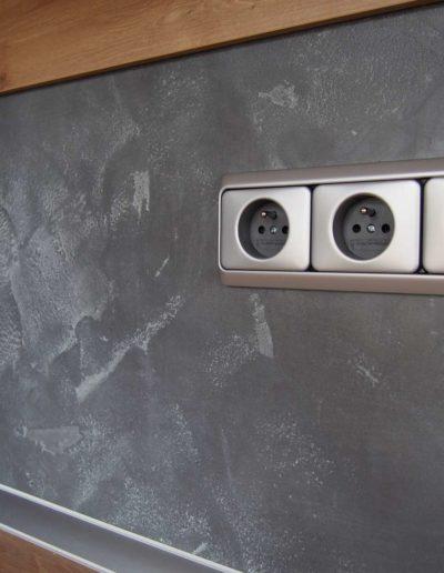 Betonimage (typ povrchu Betonepox), omyvatelný odolný epoxidový povrch, kuchyňská linka detail se zásuvkami