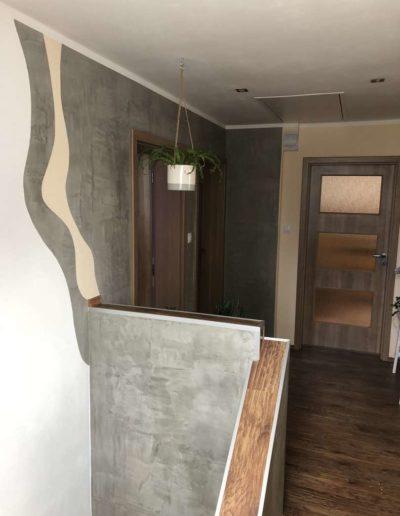 Cementový povrch upravený olejem pohled do chodby rodinný dům v Praze