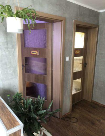 Cementový povrch upravený olejem náhled dveře rodinný dům v Praze