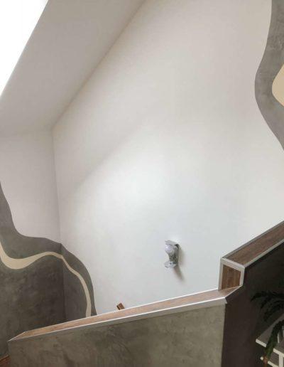 Cementový povrch upravený olejem pohled na schodiště 2 rodinný dům v Praze