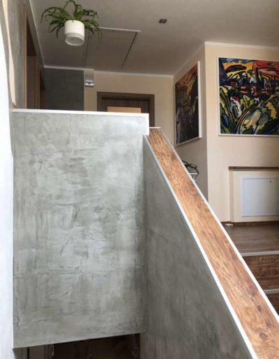 Cementový povrch upravený olejem pohled na schodiště rodinný dům v Praze