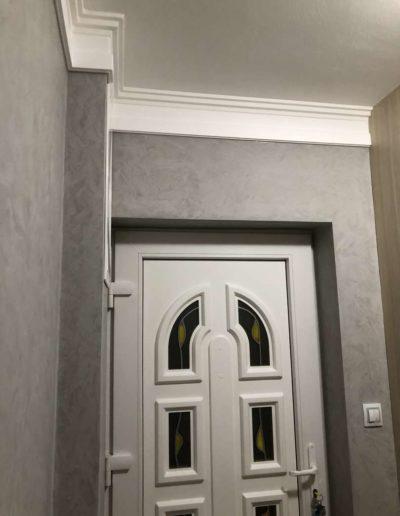 Cementový povrch pandomo s jemným dekorem šedivý dům Česká Lípa pohled na vstupní dveře 2