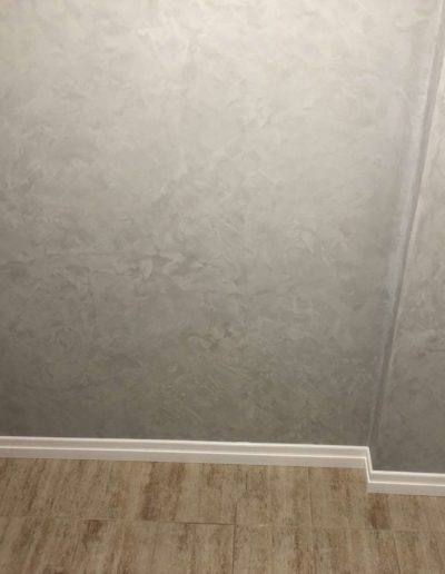 Cementový povrch pandomo s jemným dekorem šedivý pohled do předsíně