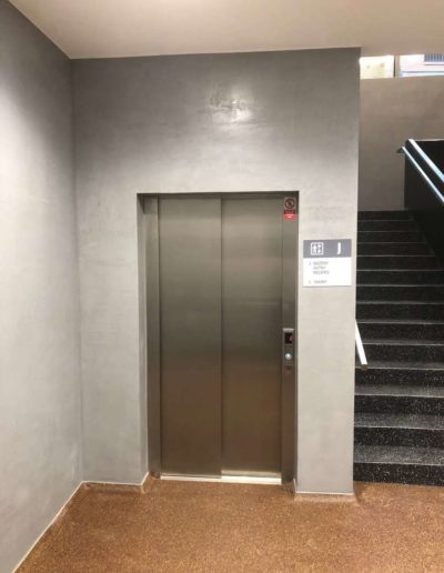Cementový povrch Facebeton, omyvatelná úprava, pohled na výtah a schody lázeňský dům Teplice
