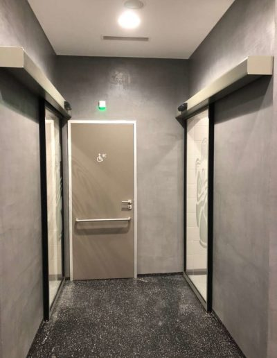 Cementový povrch Facebeton, omyvatelná úprava, pohled na stěny chodby lázeňský dům Teplice